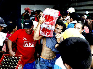 Venezuela'da marketler yağmalandı