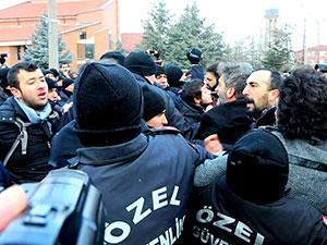 İhraç edilen akademisyenlere polis engeli