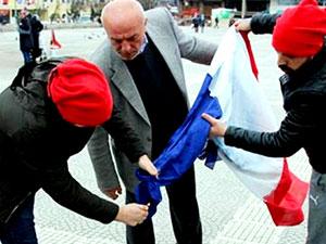 Hollanda bayrağı diye yanlışlıkla Fransa bayrağı yaktılar