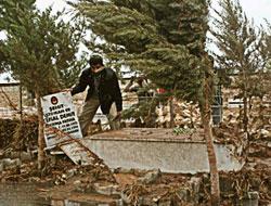 Sel 200 mezarı tahrip etti