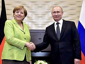 Merkel 2 yıl sonra Rusya'da Putin'le bir araya geldi