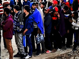 Yunan polisi göçmen kampını boşaltıyor