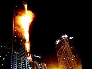 Dubai'de gökdelen alevler içinde