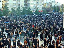 Binlerce kişi oturma eyleminde