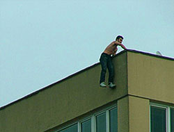 Çatıya çıkan genci Sarıgül indirdi