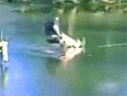 Atladığı buz kırılınca (video)