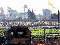 PYD'den Akçakale sınırına YPG bayrağı