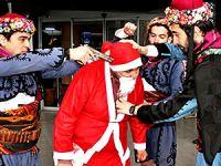 Noel Baba'nın kafasına silah dayayanlar serbest