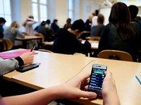Fransa okullarda cep telefonlarını yasaklıyor