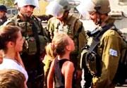 Filistinli küçük kız İsrail askerine meydan okudu